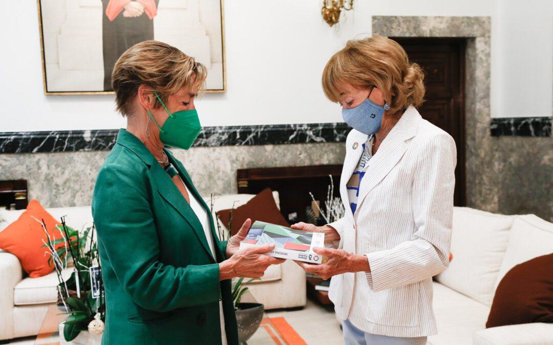 Fernández de la Vega recibe la Memoria 2020 del CGAE de mano de su presidenta, Victoria Ortega